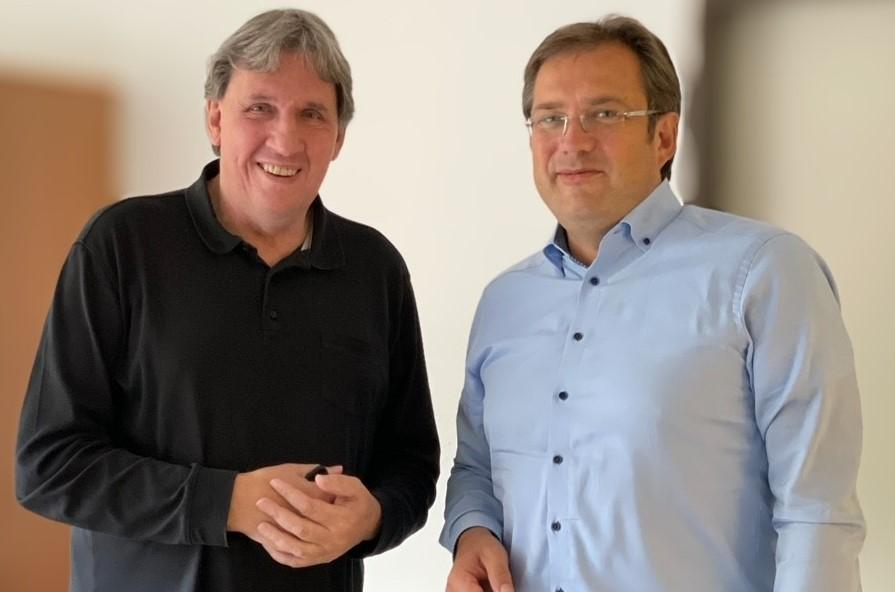 """Bild: Herr Burkhard Otterbach bei der """"Schlüssel-"""" und Leitungsübergabe an Herrn Andreas Blaut."""